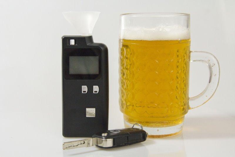 Alkoholtester steht neben einem Bier und den Autoschlüsseln